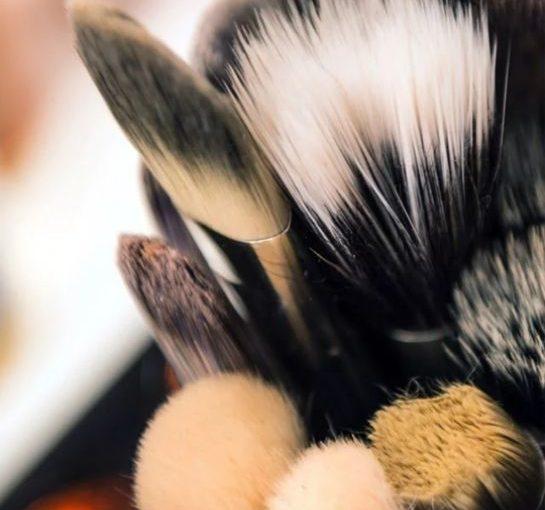 IL SALONE DI REBECCA – Finger makeup o Pennelli?